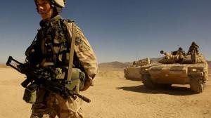 På övning i USA. Svensk soldat med kulspruta 90 B poserar framför ett stridsfordon 9040C. Foto: Wikipedia