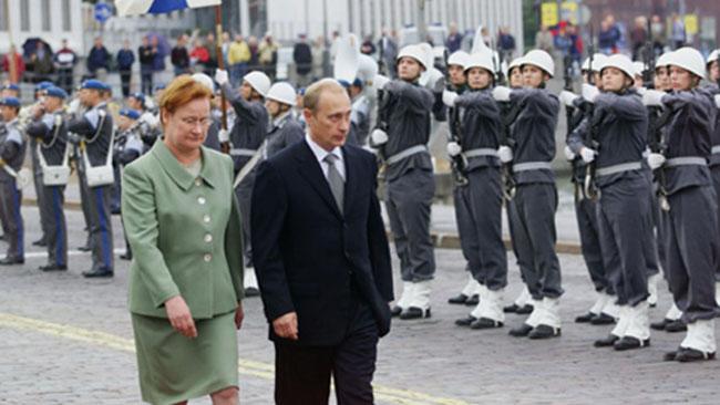 Vladimir Putin och Finlands f.d president, Tarja Halonen, under ett statsbesök i Helsingfors 2001. Foto: Wikimedia Commons