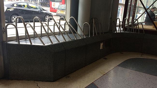 I centrala Stockholm har det länge varit populärt att använda järnrör för att lösa problem. Foto: reddit.com