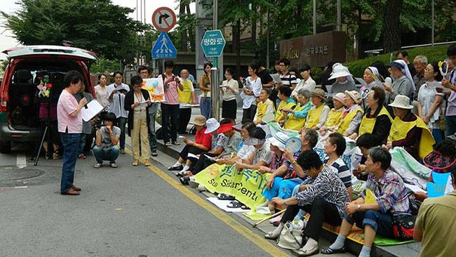 Sydkoreanska tröstedamer protesterar utanför Japans ambassad i Seoul. Foto: Wikimedia Commons