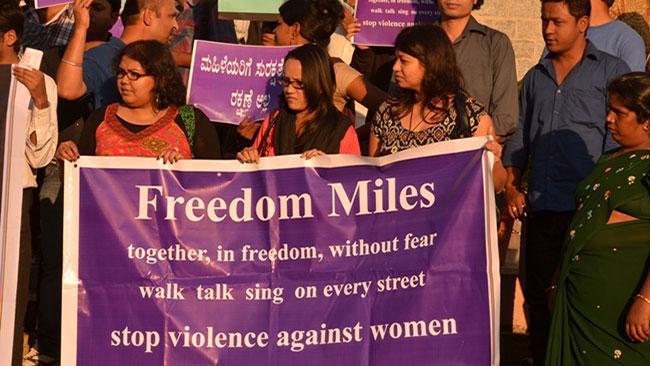 Människor i Bangalore protesterar mot de indiska våldtäkterna. Foto: Wikimedia Commons