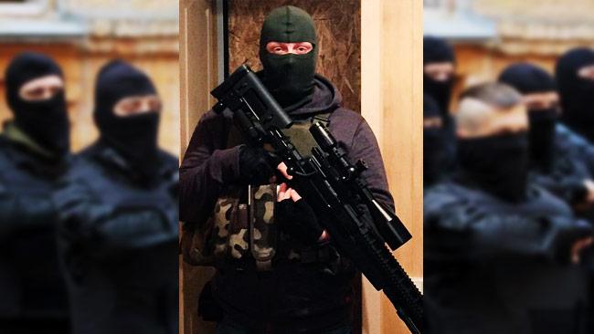 Mikael Skillt färdig för strid. I bakgrunden ser vi högerextremister i Ukraina. Foto: Privat