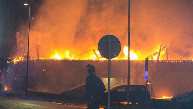 Polisen hade andningsmasker på sig när de bevakade området. Foto: Chang Frick / Nyheter Idag