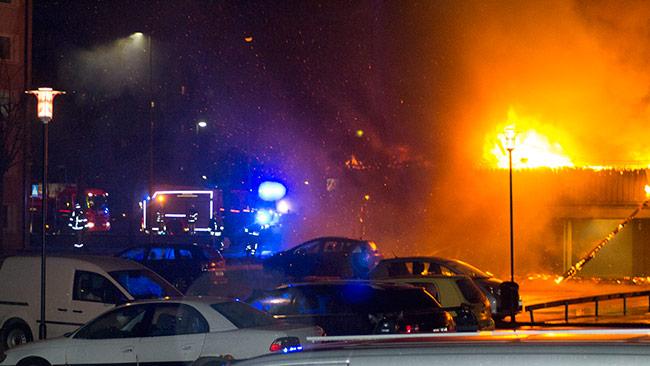 I bakgrunden ser vi räddningstjänsten. Foto: Chang Frick / Nyheter Idag