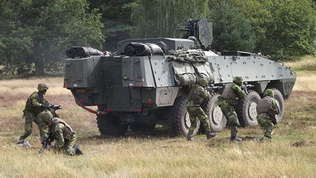 Pansarterrängbil 360 och svenska skyttesoldater. Foto: Wikiedia