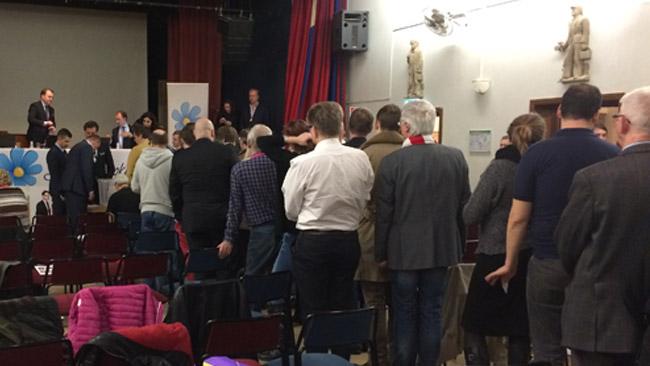 Här står mötesdeltagarna för att rösta i den slutna omröstningen om antalet ledamöter. Foto: Sven Pernils