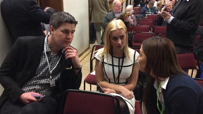 Oscar Sjöstedt diskuterar med andra mötesdeltagare i väntan på resultatet av omröstningen. Foto: Sven Pernils