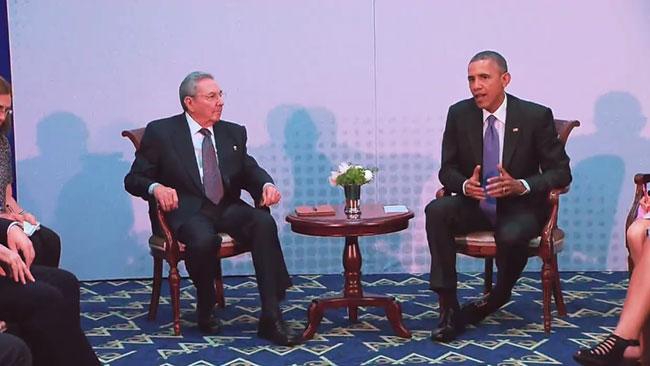 Barack Obama skrev historia när han träffade Raúl Castro i Panama Foto: Faksimil Youtube