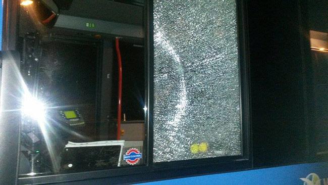 Det är fönsterrutor på sidan av bussen som träffades. Foto: Privat