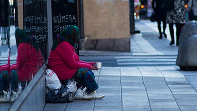 En tiggare i centrala Stockholm. Foto: Chang Frick / Nyheter Idag