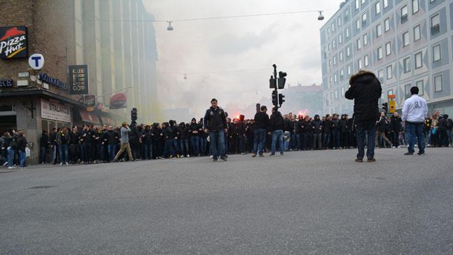 Det stod supportrar i bredd över hela vägen. Foto: Nyheter Idag