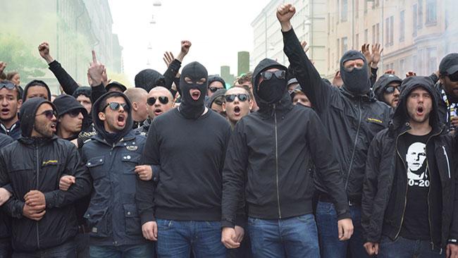 Ett antal supportrar var även maskerade. Foto: Nyheter Idag