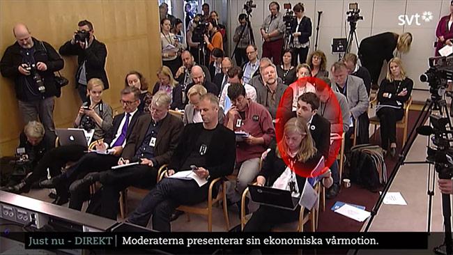 Alex Singer lajvar reporter på Moderaternas pressträff. Foto: Youtube