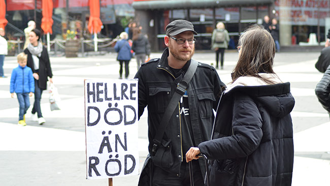 Här pratar Jakob om politik på första maj. Foto: Chang Frick / Nyheter Idag