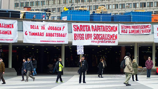 Här kämpar Jakob tappert på plattan i centrala Stockholm. Foto: Chang Frick / Nyheter Idag