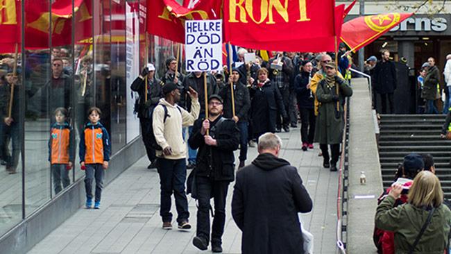 Här demonstrerar ansvarig utgivare på Nyheter Idag tillsammans med kommunistiska partiet i centrala Stockholm. Foto: Chang Frick / Nyheter Idag