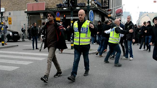 Polisen försökte hålla ordning. Foto: Nyheter Idag