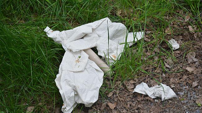 Rester av bajspajen som låg kvar på marken när Nyheter Idag anlände till platsen. Foto: Nyheter Idag
