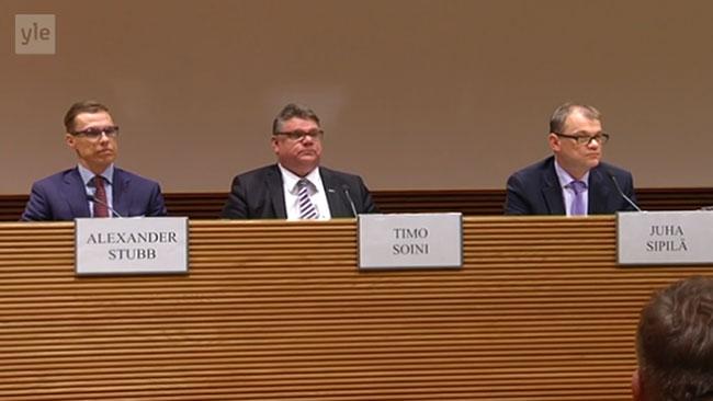 Ledarna för de tre nya regeringspartierna under presskonferensen i Helsingfors. Foto: Faksimil Yle