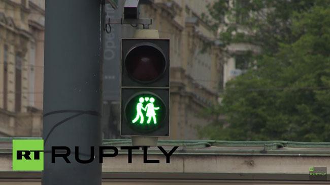 De nya trafikljusen har mötts av både bu och bä. Foto: RT Ruptly