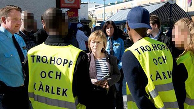 """Här ser vi förre justitieministern Beatrice Ask tillsammans med ungdomar i """"Tro, hopp och kärlek"""" där den nu häktade mannen var engagerad. Foto: Polisen"""