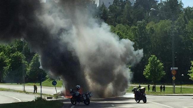 Något brinner mitt på dagen på vägen i närheten av Skärhomen. Foto: Privat