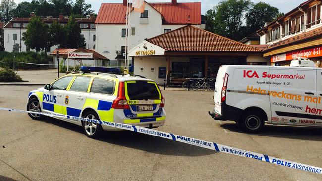 Polisen har spärrat av utanför ICA i Åtvidaberg. Foto: Peter Samuelsson