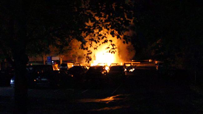 Totalt brann det 16 bilar i Östberga inatt, rapporterar polisen. Foto: Läsarbild