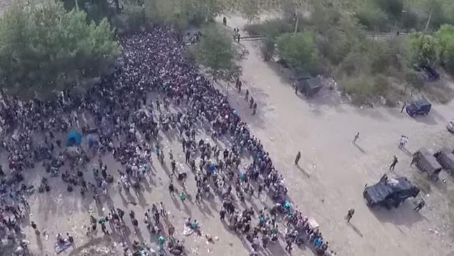 Här väntar migranterna vid Makedoniens gräns. Foto: Faksimil Youtube / Ruptly