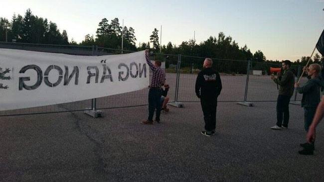 Nordisk Ungdom genomför en aktion utanför asylboendet i Arboga. Foto: Privat
