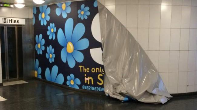 Här har vandalerna rivit ner SD-reklamen. Foto: Pavel Gamov