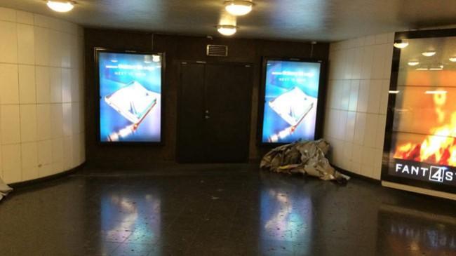 Här ligger resterna av SD-reklamen på golvet. Foto: Pavel Gamov