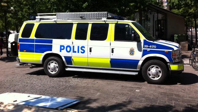 Det var i bakänden av en sådan här polisbil som det ska ha exploderat en handgranat. Foto: Tunnelbanepolisens Facebooksida