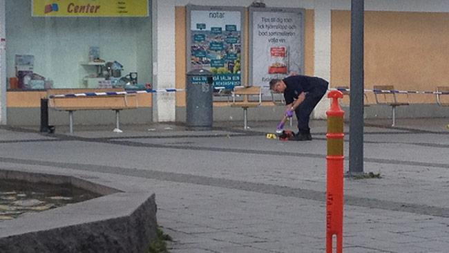 Tekniker undersöker Rinkeby torg. Foto: Nyheter Idag