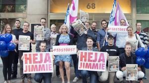 Här står Sverigedemokraterna utanför Sveavägen 68 och ser glada ut. Foto: Sverigedemokraterna