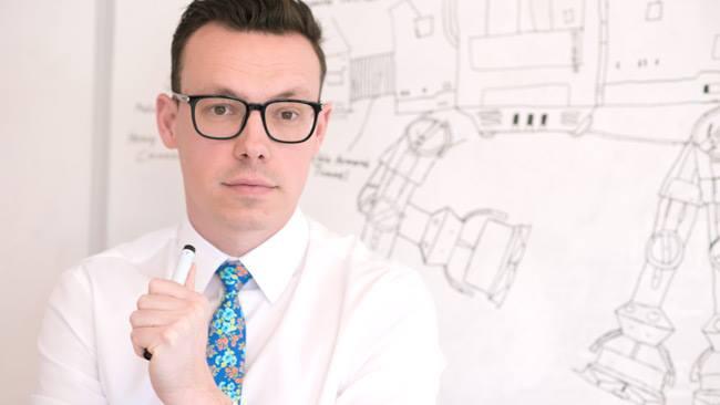 Joakim Wallerstein skissar på nya planer för att få maximalt genomslag. Foto: Sverigedemokraterna