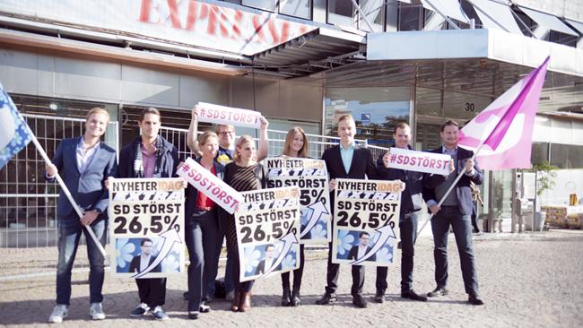 Sent på onsdagkvällen fick SD veta siffrorna. På torsdagmorgonen firade partimedlemmar utanför Expressens redaktion.