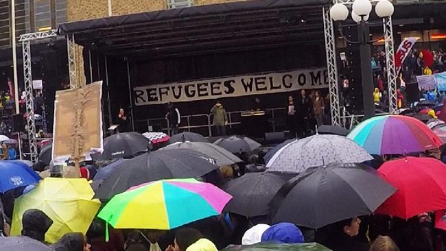 Sverige kämpar just nu för att fler ska flytta till vårt avlånga land. Här demonstrerar folk i centrala Stockholm. Foto: Läsarbild