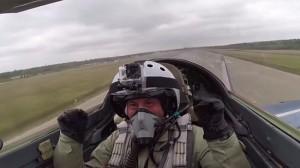 Såhär glad blir man av att åka Mig-29. Foto: Faksimil Youtube / Ruptly.tv