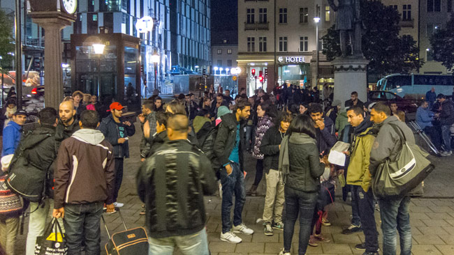 Syriska flyktingar som precis har anlänt till Stockholms centralstation. Foto: Frankie Fouganthin / Wikimedia Commons