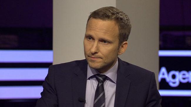 Anders Holmberg i SVT Agenda när han intervjuar Mattias Karlsson(SD). Foto: Faksimil svtplay.se