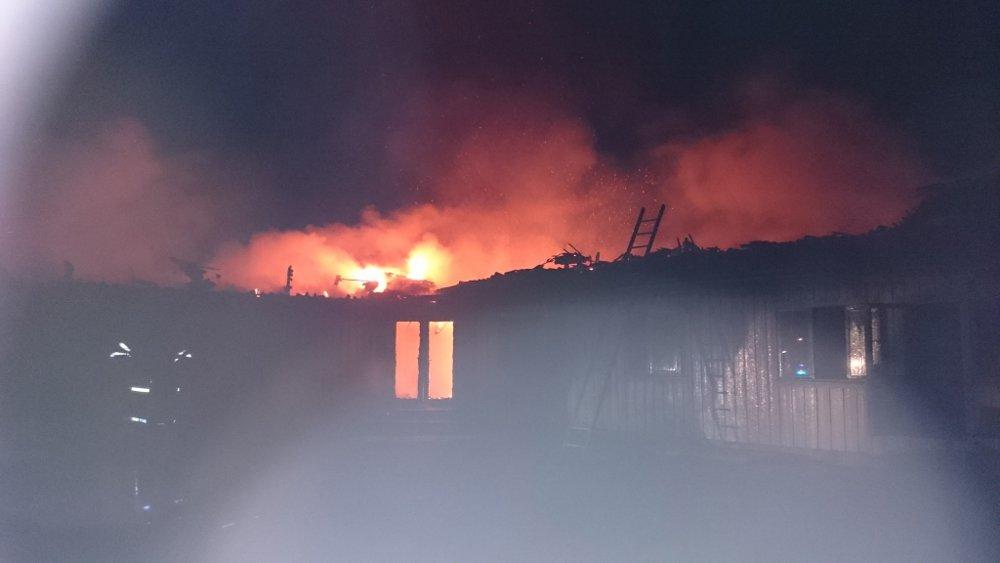 Asylboendet utanför Munkedal i lågor. Foto: Räddningstjänsten