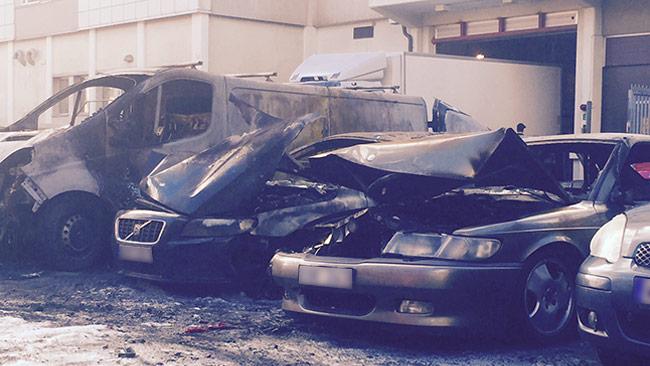 Här är några av bilarna som eldhärjades i Högdalen. Foto: Läsarbild