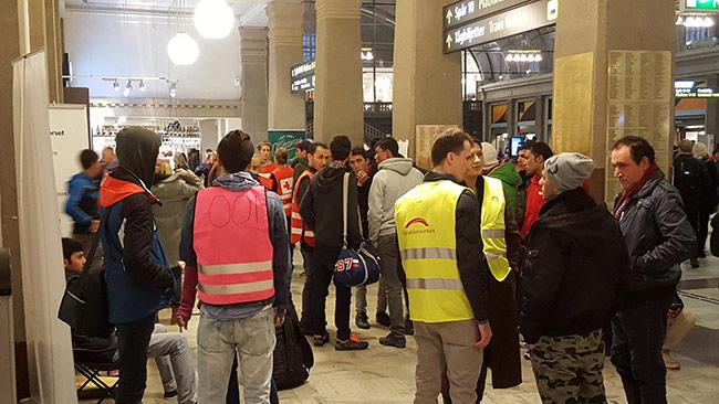 Migrationsverket tar emot flyktingar på Stockholms centralstation. Foto: Privat