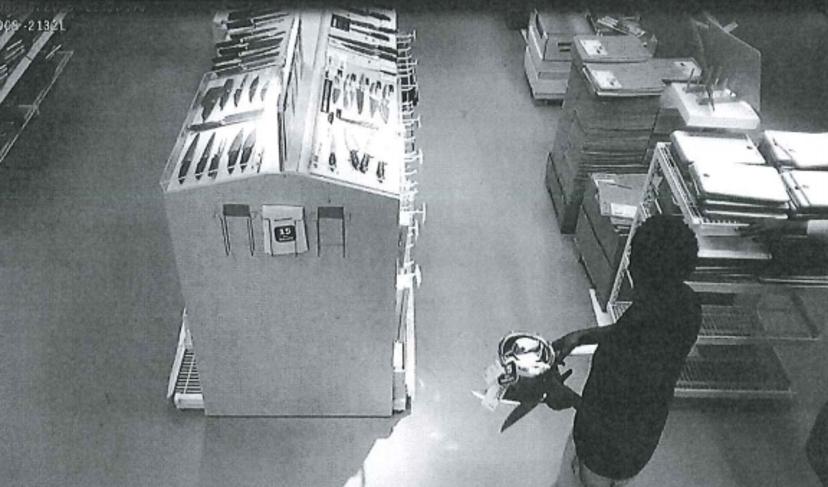 Den 36-årige dubbelmördaren fångades på bild av en övervakningskamera strax innan morden. Foto: Polisen