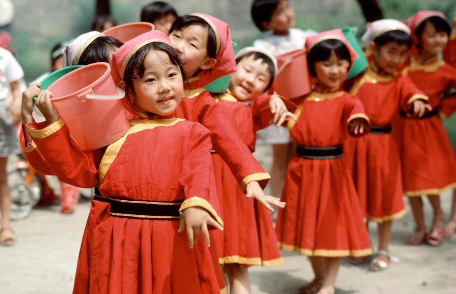 Kinesiska barn i Inre Mongoliet visar upp sig under folkräkningen 1982. Foto: FN