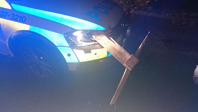 Polisen fick stenar och lastpall kastade mot bilen när de jagade den drogpåverkade ynglingen. Foto: Polisen