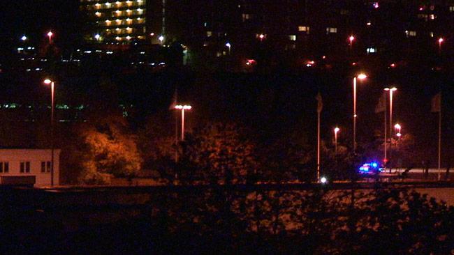 Polisen kom farandes i hög fart i Hallunda natten till fredagen. Foto: Nyheter Idag