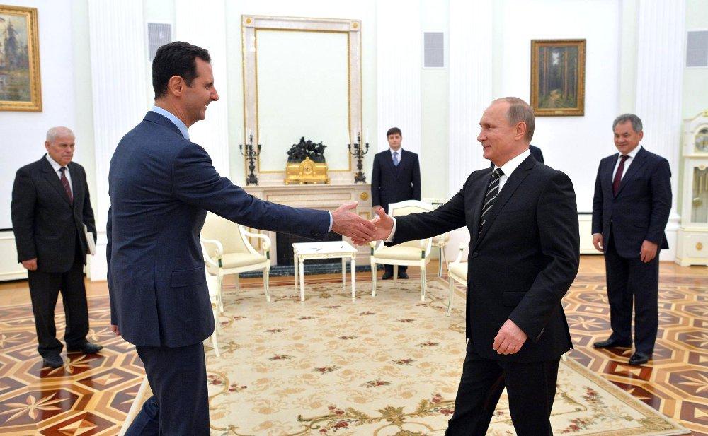 Bashar al-Assad hälsar på Vladimir Putin. Foto: Kreml