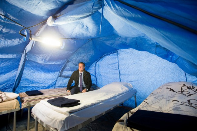 Inrikesminister Anders Ygeman inne i ett av tälten. Foto: MSB